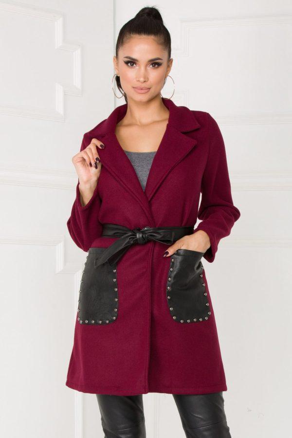 Palton bordo accesorizat cu buzunare laterale confectionate din piele ecologica