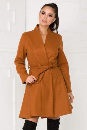Palton caramel cu forma cambrata si croi in clos