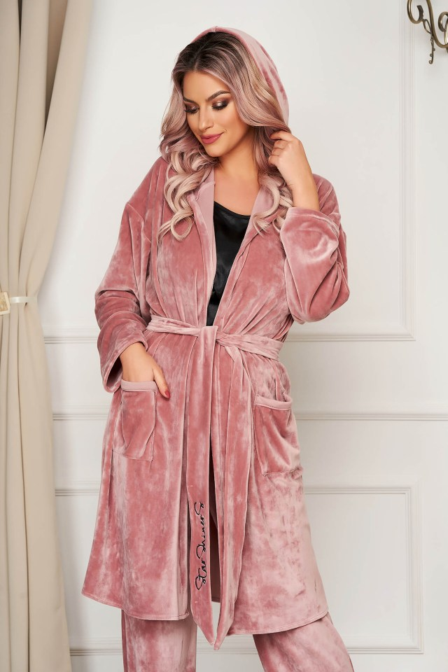 Cardigan roz prafuit din catifea cu croi larg accesorizat cu cordon cu insertii de broderie