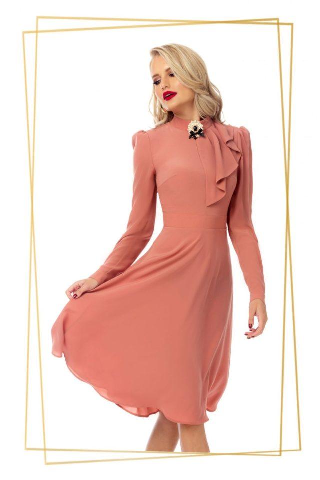 Rochie Pretty Girl rose in clos cu volan cu pliuri si brosa eleganta