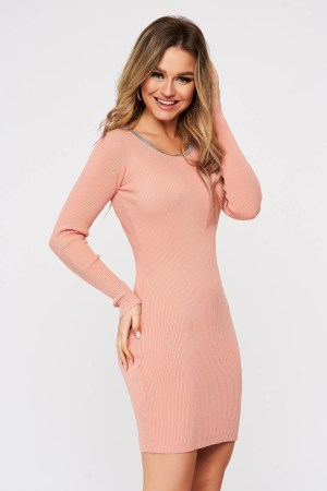 Rochie SunShine roz tricotata din material elastic reiat cu accesorii metalice la baza gatului