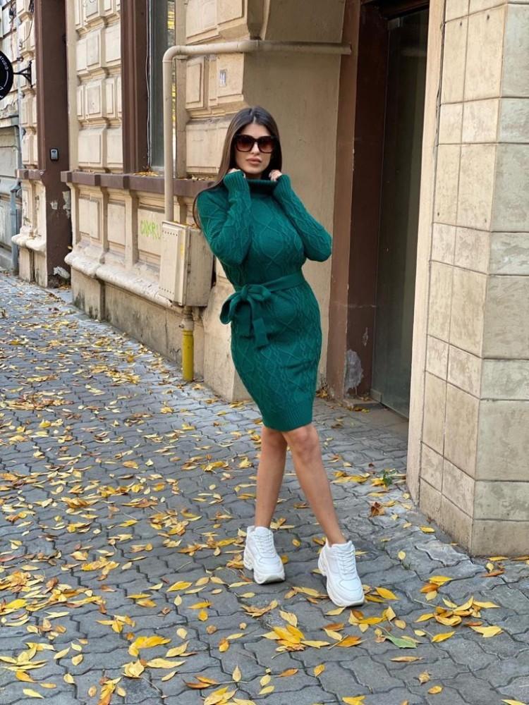 Rochie ieftina scurta din tricot verde inchis cu guler inalt si model impletit
