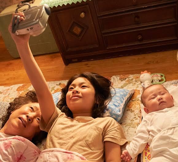 Gong joo memoto Nenek, dirinya dan Jin joo sambil berbaring