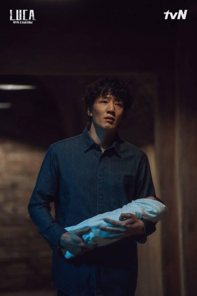 Ji O menggendong bayi perempuannya. Sumber gambar: TvN