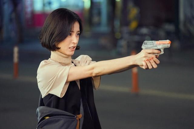 Ahn Eun Young dengan pistolnya (Sumber gambar: Netflix)