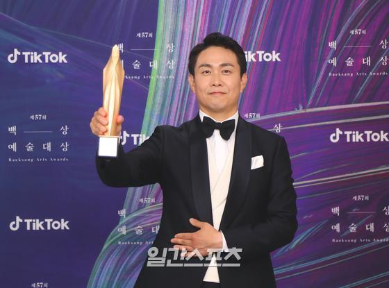 Oh Jung Se pada 57th Baeksang Arts Awards (sumber: koreaboo.com)