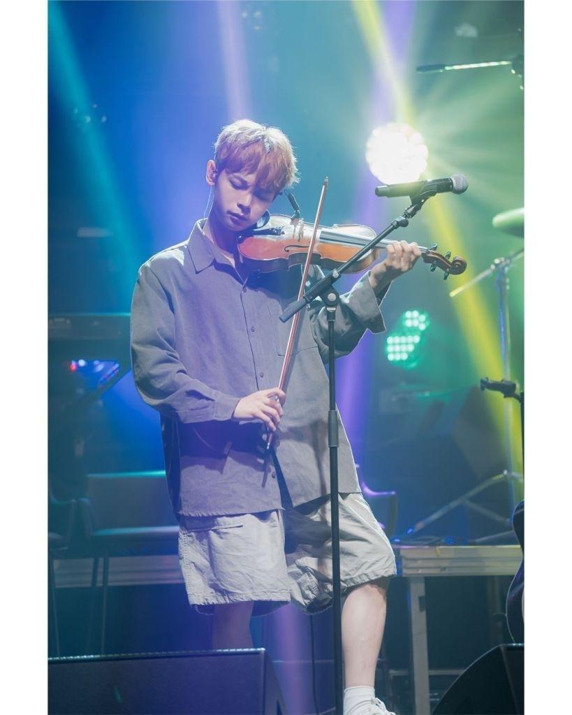 Leader dan pemain biola dari grup band Lucy, Shin Ye Chan Sumber gambar: @band_lucy