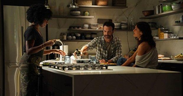 Taylor (Kirby Howell-Baptiste), Eli (Reid Scott) e Jade (Alexandra Daddario) - o relacionamento nos tempos atuais