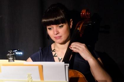 Assistentin am Cello