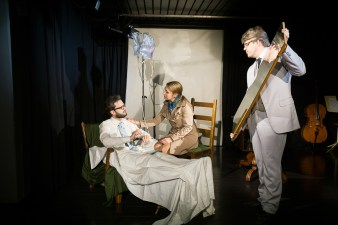 Kürmann und Antoinette im Krankenhaus, Spielleiter mit Spiegel