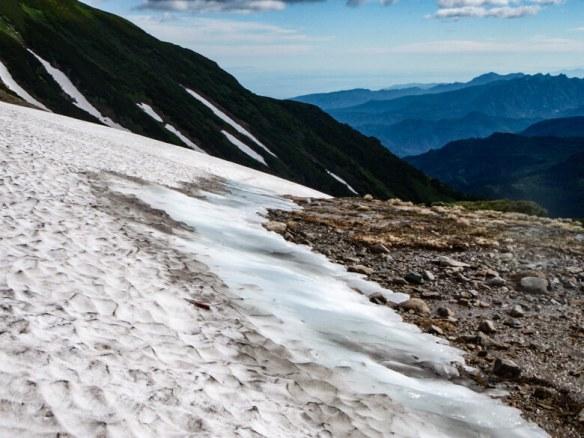 夏にアイスバーン化した雪渓