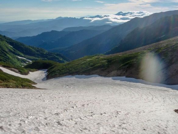 夏の雪渓。三国境から雪倉岳に向かう途中