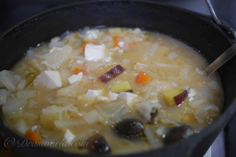 ダッチオーブンで作った味噌汁