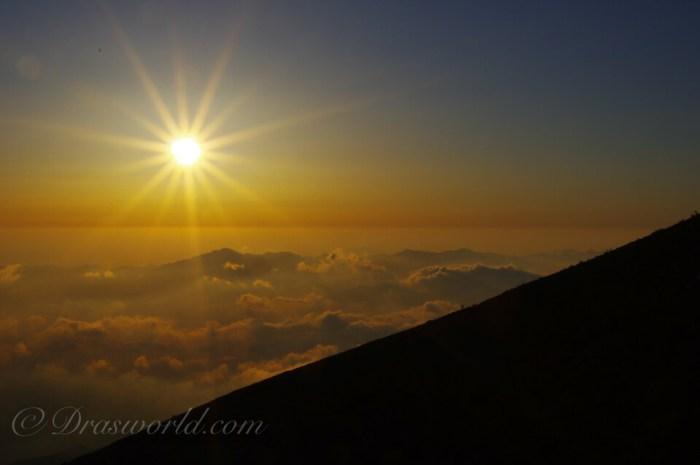 山の上の眩い太陽