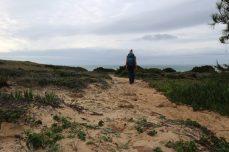 Der Fischerweg, Wanderer im Sand