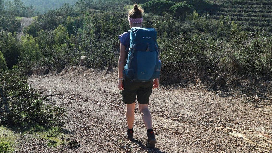 Knieschmerzen beim Wandern: mögliche Ursachen und Lösungen