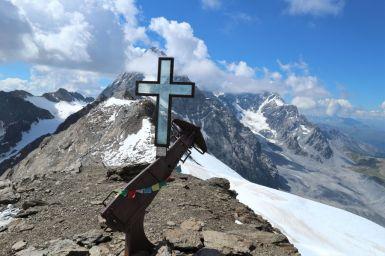 Giofelkreuz der Suldenspitze, im Hintergrund der Ortler