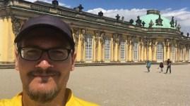 Ich vor dem Schloss Sanssouci