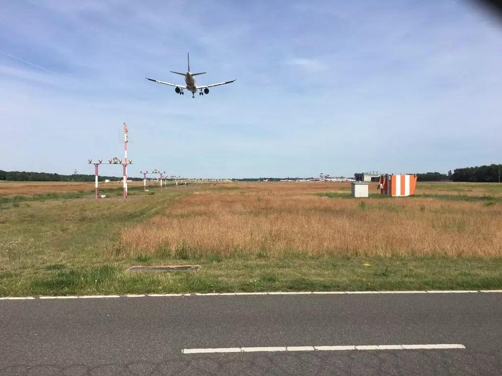 Landendes Flugzeug am Flughafen Berlin-Tegel