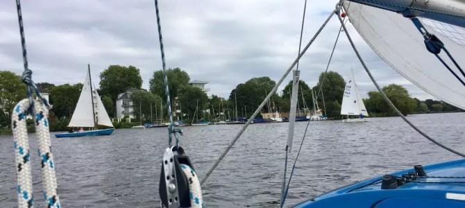 Sonntägliches Segeln auf der Alster in Hamburg