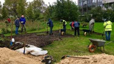 Aktiv für Hamburgs StadtNatur: Freiwillige beim Anlegen einer Schmetterlingswiese
