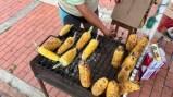 Leckere Maiskolben an einem Straßenverkauf