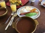 Typische Paisa-Platte in der Kaffeezone Kolumbiens mit roter Bohnensuppe