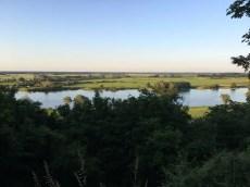 Blick vom Weinberg in Hitzacker auf die abendliche Elbe (2)