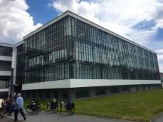 Die Glasfassade am Bauhaus Dessau