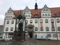 Rathaus und Lutherdenkmal auf dem Marktplatz der Lutherstadt Wittenberg