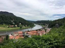 Blick über Königstein und die Elbe in der Sächsischen Schweiz
