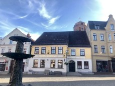 Auf dem Rathausplatz in Wolgast - gegenüber die Stadt-Apotheke und im Hintergrund die Petrikirche