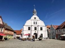 Das historische Rathaus in Wolgast mit Rathausplatz und Brunnen
