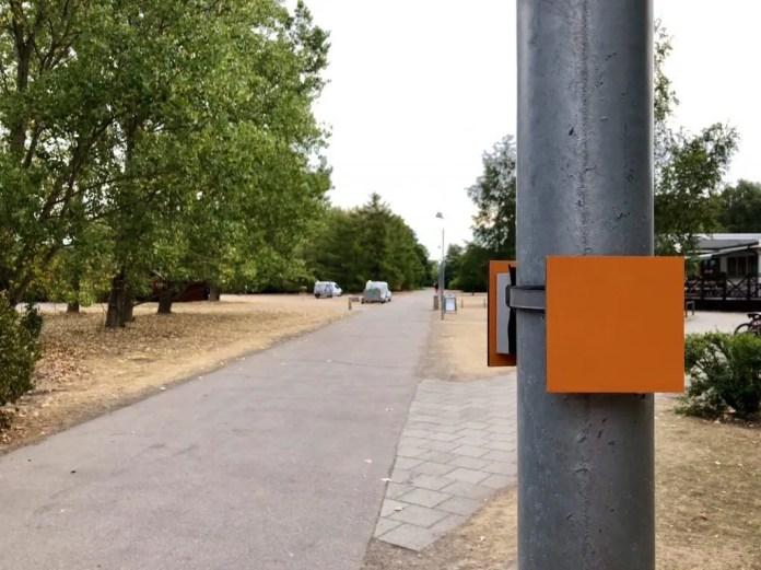 Dieser orangenen Markierung folgt man auf dem Skaneleden in Schweden