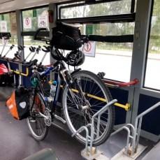 Komfortabel: Fahrrad gesichert im Bus-Shuttle durch den Herrentunnel in Lübeck