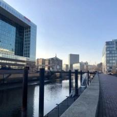 Ein Stück Elberadweg in Hamburg - links die Zentrale des SPIEGEL