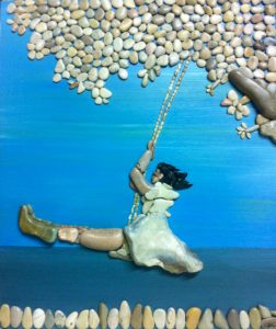فتاة على الأرجوحة من الحجارة