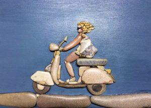 شخص يركب الدراجة من الحجارة