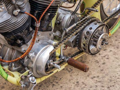 Motor Shovelhead, das Vierganggetriebe aus einer 1965er Panhead – beides durch einen offenen, kettengetriebenen Primärtrieb miteinander verbunden. Schön zu sehen: die Umlenkung der Fußkupplung