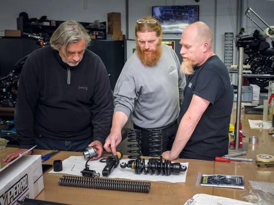 Thomas Voll (R&R Customizing,mitte), Peter van den Bogaard (Hyperpro, rechts) und Dream-Machines-Chef Heinrich (links) beim Benzingespräch