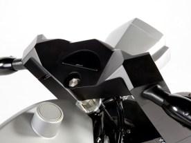 Das motogadget-Instrument ist perfekt in die selbst angefertigte Gabelbrücke eingelassen