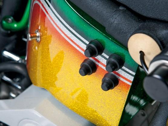 Im Öltank sitzen Batterie, Elektrik und der Kompressor für die luftgefederte Gabel