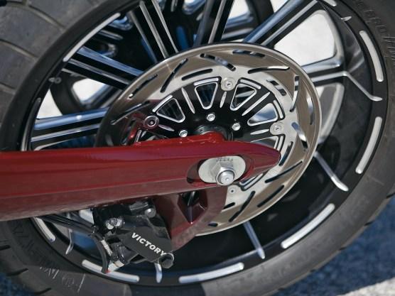 Räder und Bremsscheiben im gleichen Design stammen aus dem Lieferprogramm von Ness. Der Bremssattel ist Serie