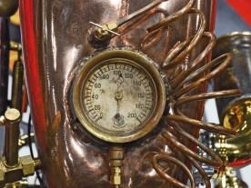 In den Tank ließ Copper Mike in mühevoller Kleinarbeit eine Ölstandsanzeige, ein Sichtfenster und einen Kompass ein. Alles funktioniert