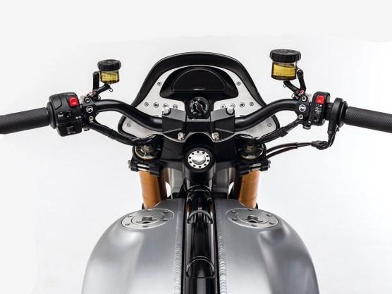 Am Lenker sitzt ebenso Edelware aus Deutschland wie im Cockpit: Handhebel und Pumpen von Magura, Instrument von Motogadget