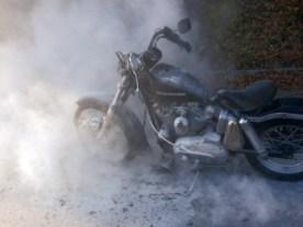 Das Löschpulver tut sein Übriges mit dem armen Bike
