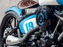 Kennen wir vom Rennradlenker: Die umwickelten Griffe passen zur Farbe des Sitzes und des Streifens auf dem Tank