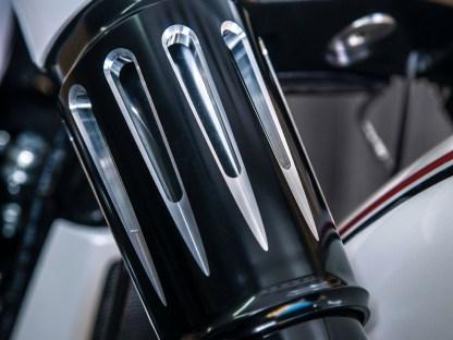 Die Gabel-Cover von Arlen Ness passen hervorragend zum Luftfiltergehäuse
