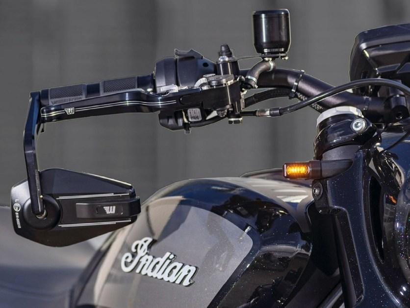 Für das Frontend gibt es einstellbare Brems- und Kupplungshebel, E-geprüfte Lenkerendenspiegel und LED-Blinker sowie ein Ausgleichsbehälter mit 26 Millimeter Fassungsvermögen
