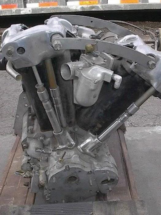 Drake Engineering goss Zylinder und Köpfe seines Watercooled Knuckle in einem Stück. Bei späteren Nachahmern waren diese beiden Komponenten – der besseren Zugänglichkeit wegen – wieder getrennt